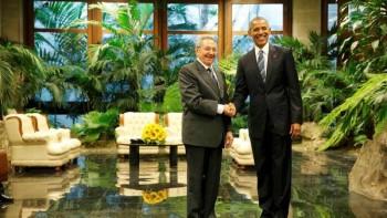Histórico apretón de manos entre Barack Obama y Raúl Castro en el Palacio de la Revolución. / Reuters