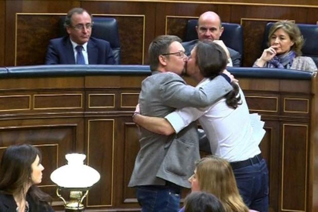 El beso de Iglesias y Domènech llega a las redes y sorprende a los ministros populares. (EFE)