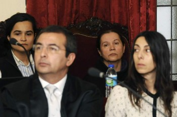 Las acusadas por el crimen de la presidenta de la Diputación de León, Isabel Carrasco, Monserrat González (2d), Triana Martínez (i), y la policia local Raquel Gago (d), durante la decimocuarta jornada del juicio en la Audiencia Provincial de León. (EFE / J.Casares)