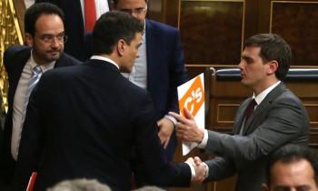 Pedro Sánchez, saluda al líder de Ciudadanos, Albert Rivera, tras la primera jornada de la sesión de investidura. (Foto de Uly Martín)