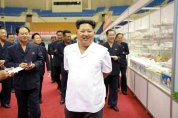 El líder supremo de Corea del Norte, Kim Jong-un, visitando una exposición de municiones, en otra de sus clásicas fotografías institucionales acompañado de todos los miembros de su gobierno. (Rodong Sinmun / EFE)