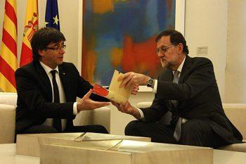 El presidente del gobierno en funciones, Mariano Rajoy, entrega un facsímil de la segunda parte del Quijote al president de la Generalitat, Carles Puigdemont. (Mateos P./ACN)