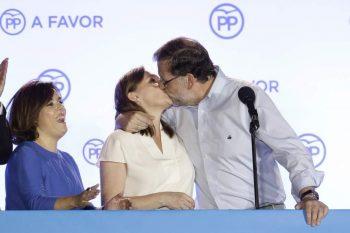 Mariano Rajoy besa a su mujer, Elvira, tras ganar las elecciones.