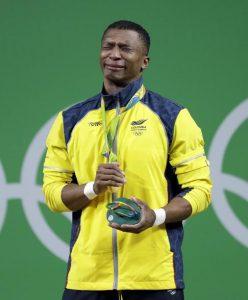 El pesista colombiano Oscar Albeiro Figueroa Mosquera rompe en llanto tras recibir la medalla de oro (AFP)