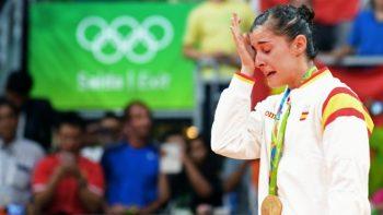 Carolina Marín llora en el podio tras recibir el oro