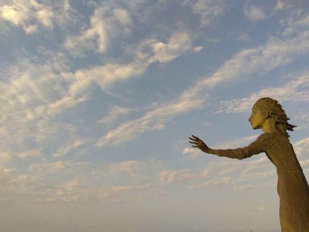 Escultura: la madre del emigrante en Gijón. Fotografía: Pxfuel (Free for commercial use)