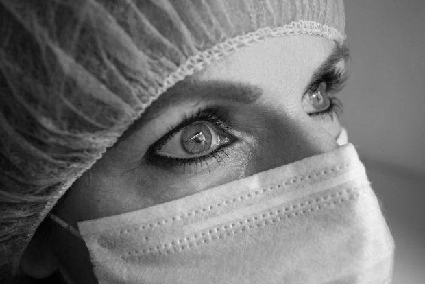 Mujer con mascarilla. Fotografía de pxfuel/Free for commercial use