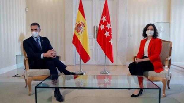 La presidenta de la Comunidad de Madrid, Isabel Díaz Ayuso, y el presidente del Gobierno, Pedro Sánchez, durante la reunión que han mantenido este lunes en la sede del Gobierno regional. (EFE)