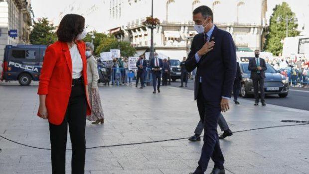 La presidenta de la Comunidad de Madrid, Isabel Díaz Ayuso, y el jefe del Ejecutivo, Pedro Sánchez, se saludan antes de su reunión. Europa Press