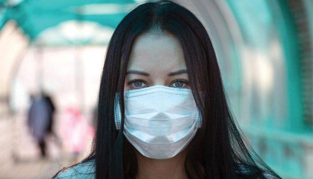 Fotografía de Wikipedia - Girl in mask