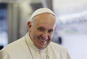 El Papa Francisco sonriente en un vuelo en su avión (GTRES)
