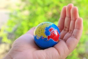 Mano sujetando bola del mundo
