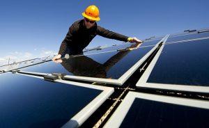Ingeniero de SunEdison supervisa instalación de pruebas en SolarTAC en Aurora