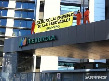 Miembros de Greenpeace despliegan una pancarta en la sede de Iberdrola de Madrid (Greenpeace)