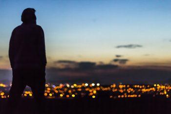 Chico mirando la ciudad