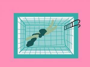 Mujer nadando en la piscina