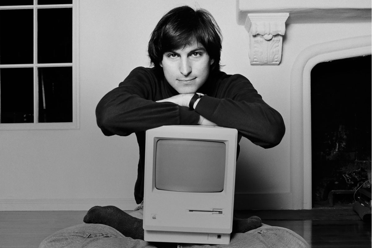 steve-jobs-with-macintosch