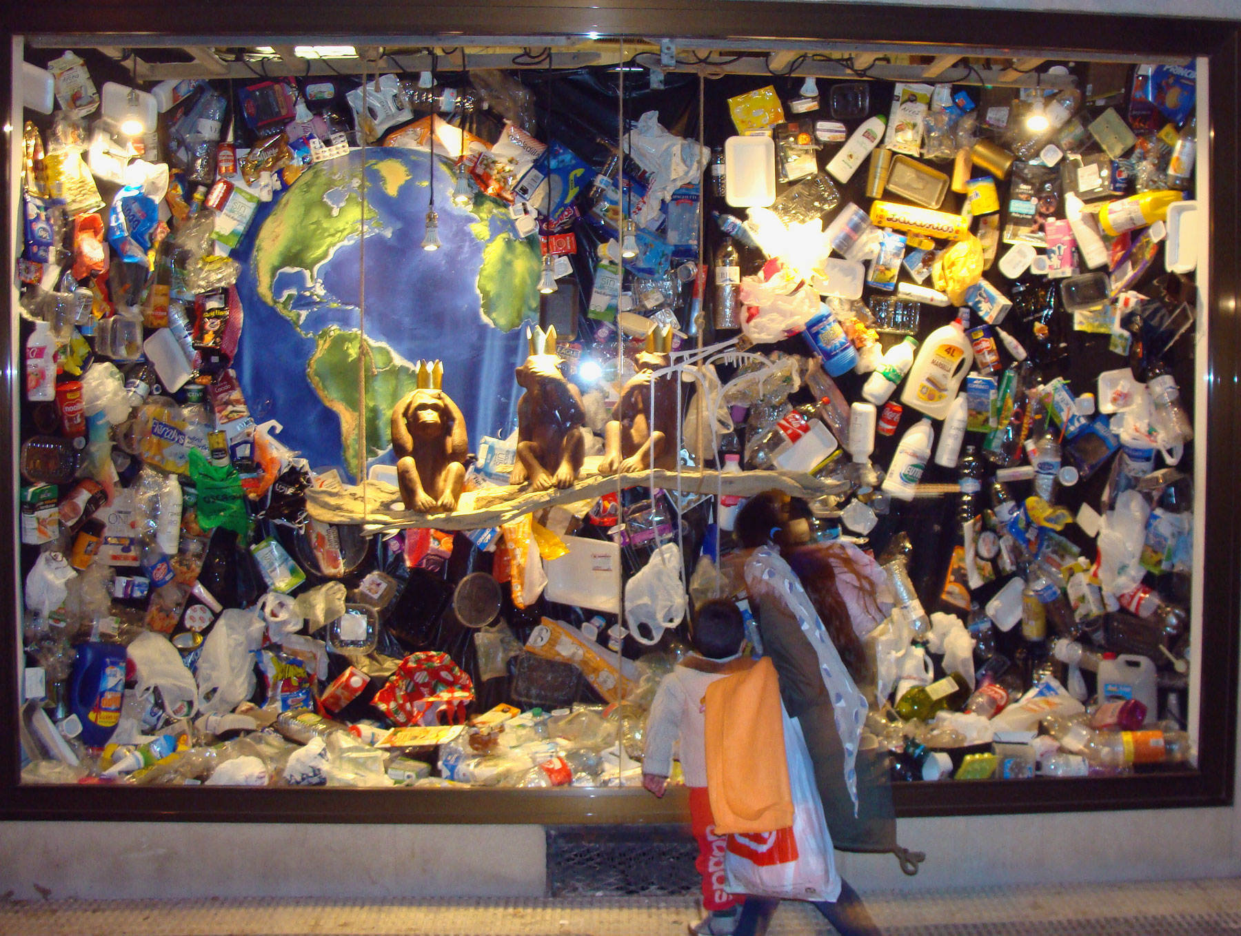 Escaparate de la Peluqueduca, Huesca, sobre la invasión del plástico
