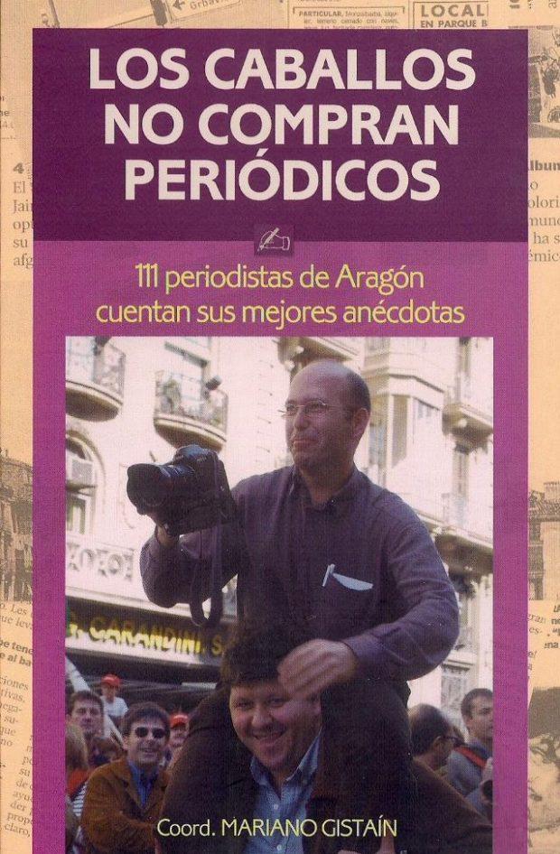 """Portada de """"Los-caballos no compran periódicos"""": El redactor Ramón J Campo lleva sobre los hombros al fotógrafo Guillermo Mestre."""
