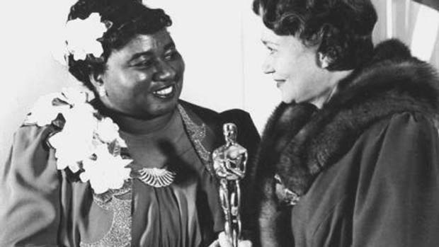 Hattie McDaniel recibe el Oscar