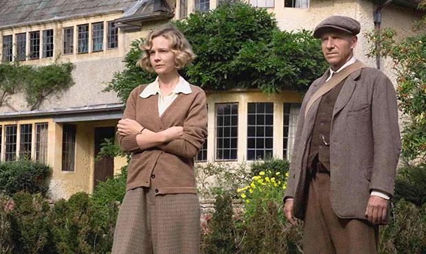 Carey Mulligan como Edith Pretty y Ralph Fiennes como Basil Brown
