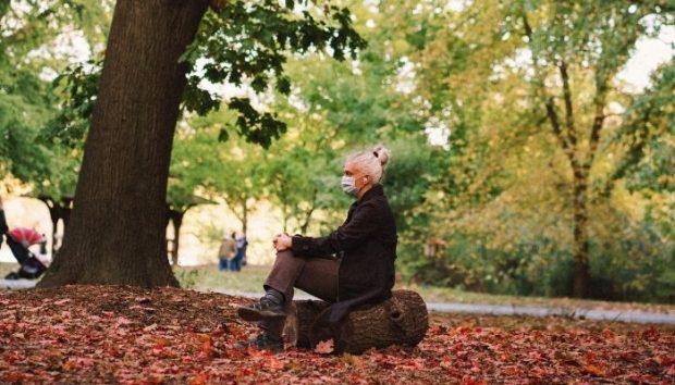 Mujer sentada con mascarilla