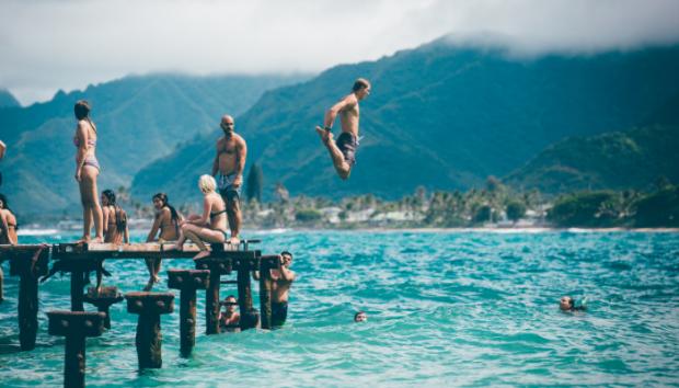 Bañistas al borde de un lago