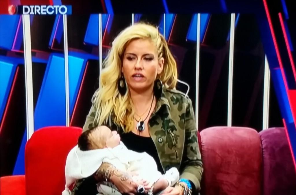 Marina, con su moñeco. (TELECINCO)