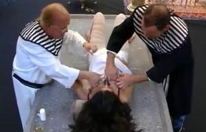 Lozano, Rappel y Carmen López, en el momento del embalsamamiento. (TELECINCO).