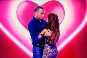 Lozano, su novia y un gif de 'Lo que necesitas es amor'. (TELECINCO)