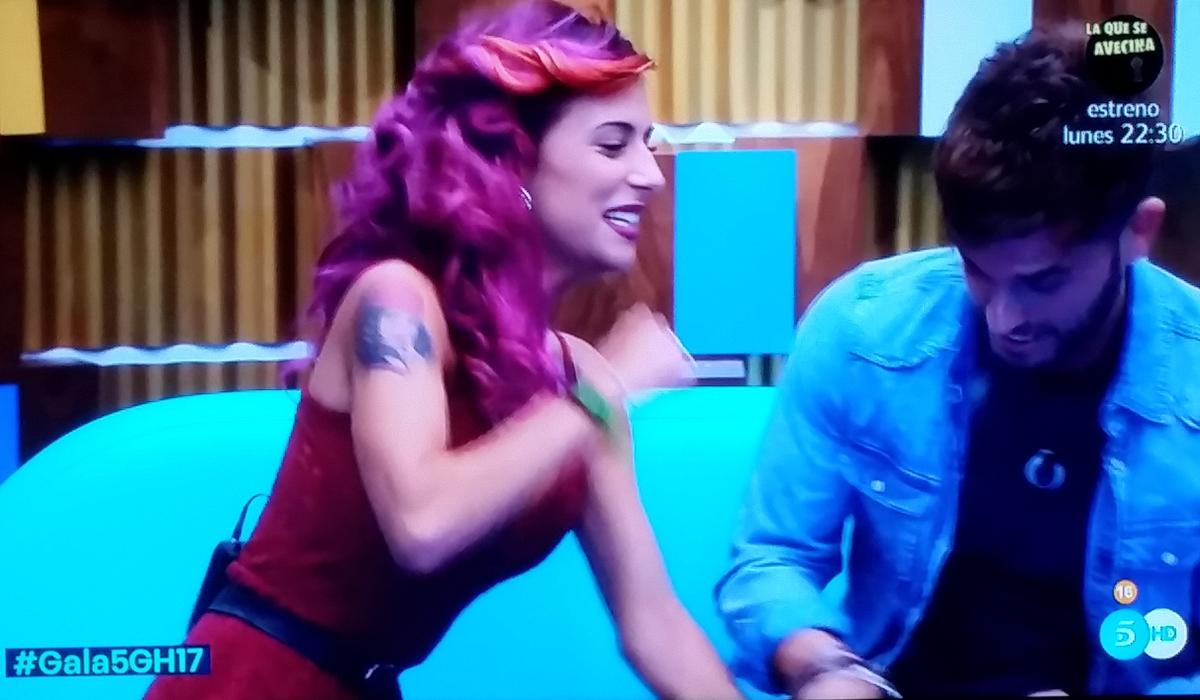 Bea, a punto de soltarle una hostia a Rodrigo que le juntó los omoplatos.