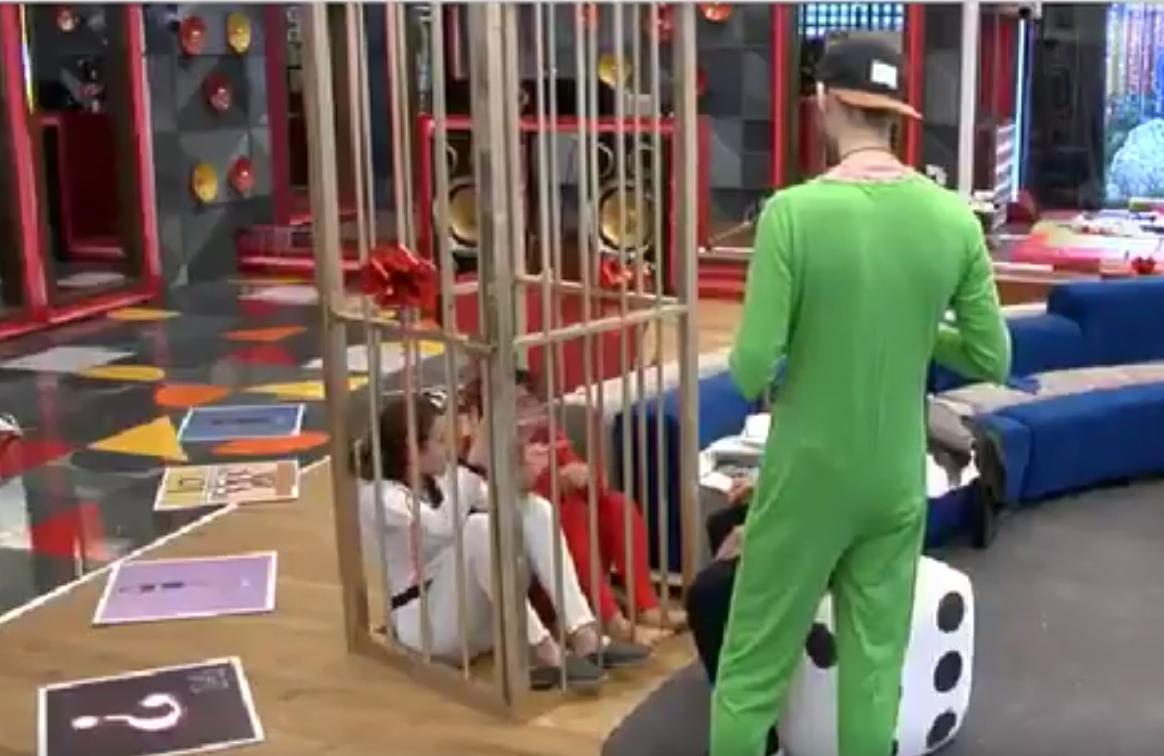 Meri y Bea, en la jaula de Mad Max. Dos entran, una sale.