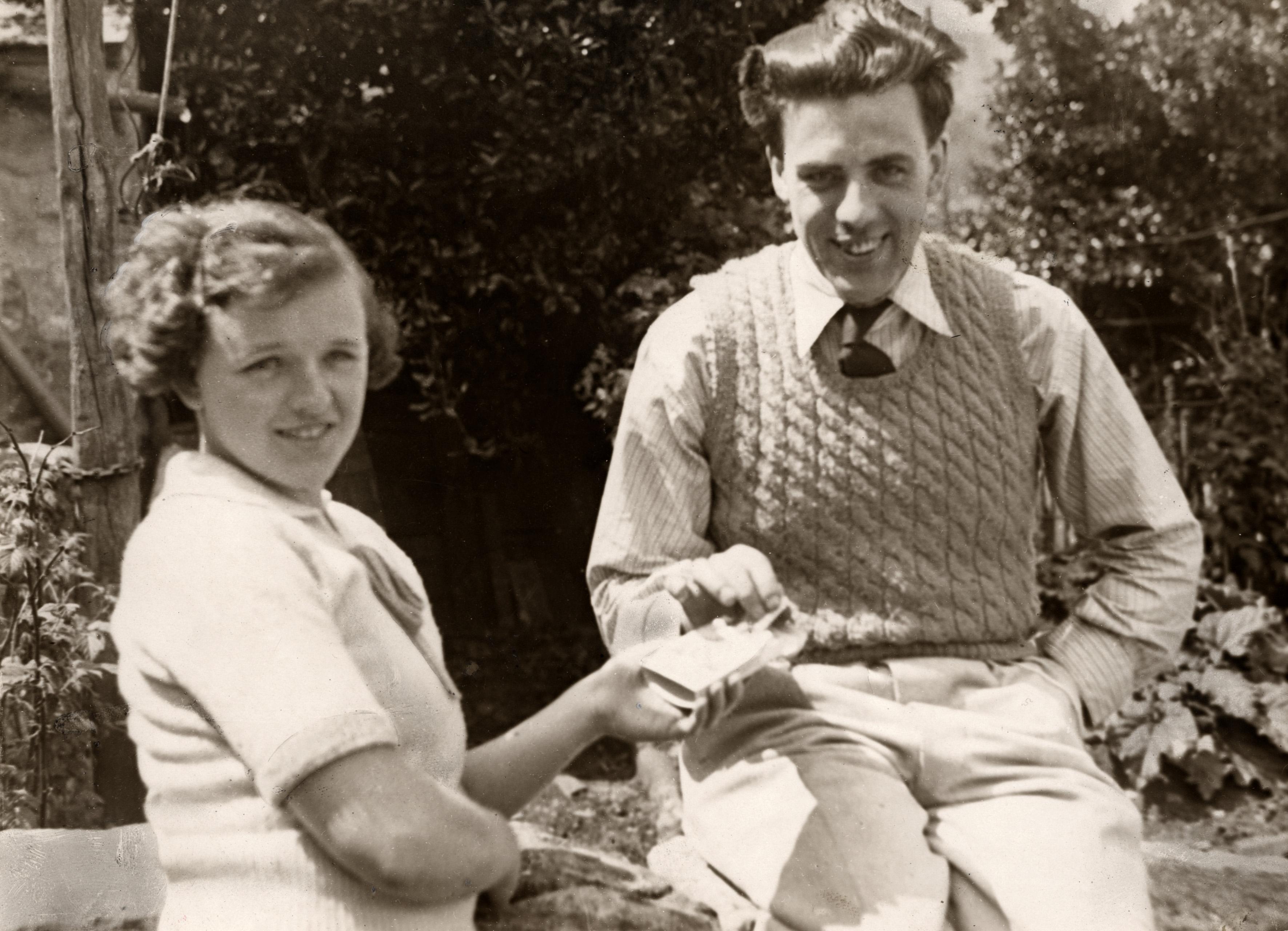 Mark Weston y su esposa Alberta, pocos meses después de su operación (WIKIPEDIA).
