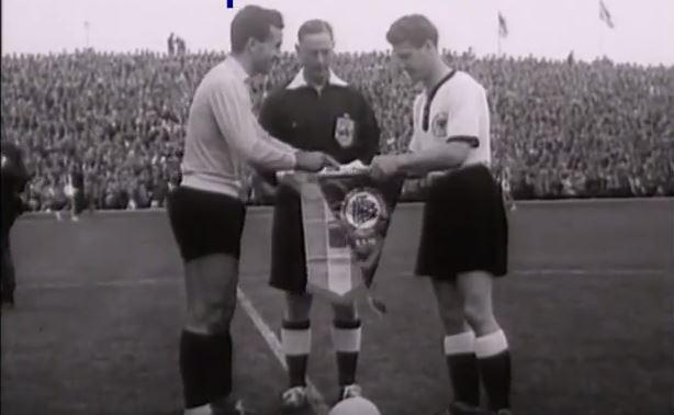 El capitán argentino intercambia banderines con el capitán alemán (YOUTUBE).