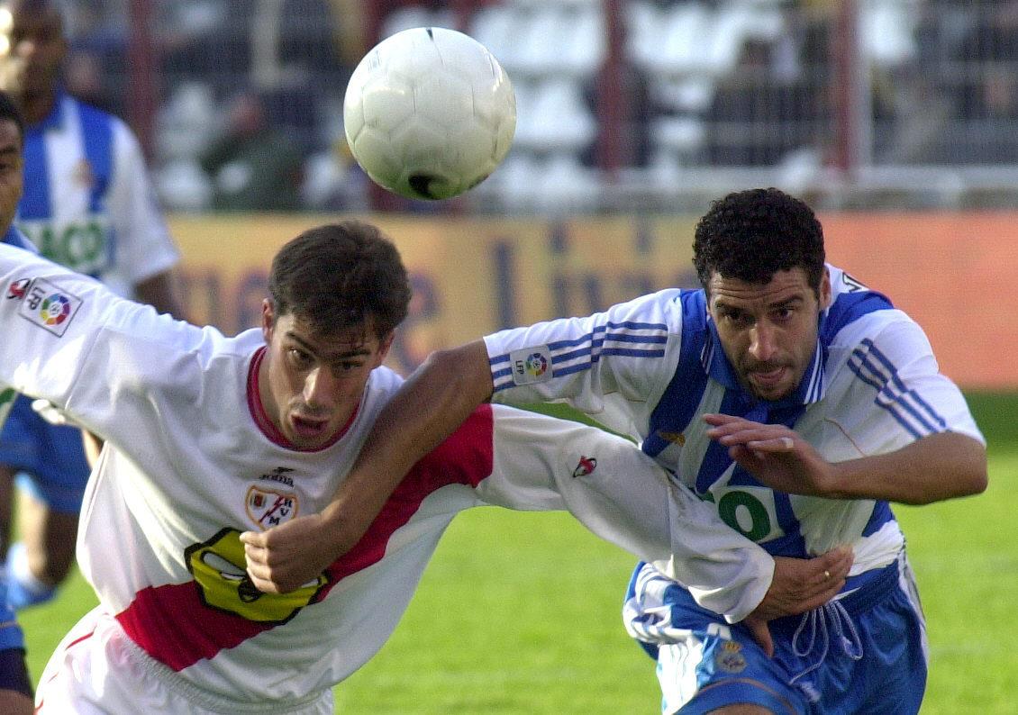 Bolo pelea un balón con Naybet en un partido de la Liga 99/2000 (Archivo 20minutos).
