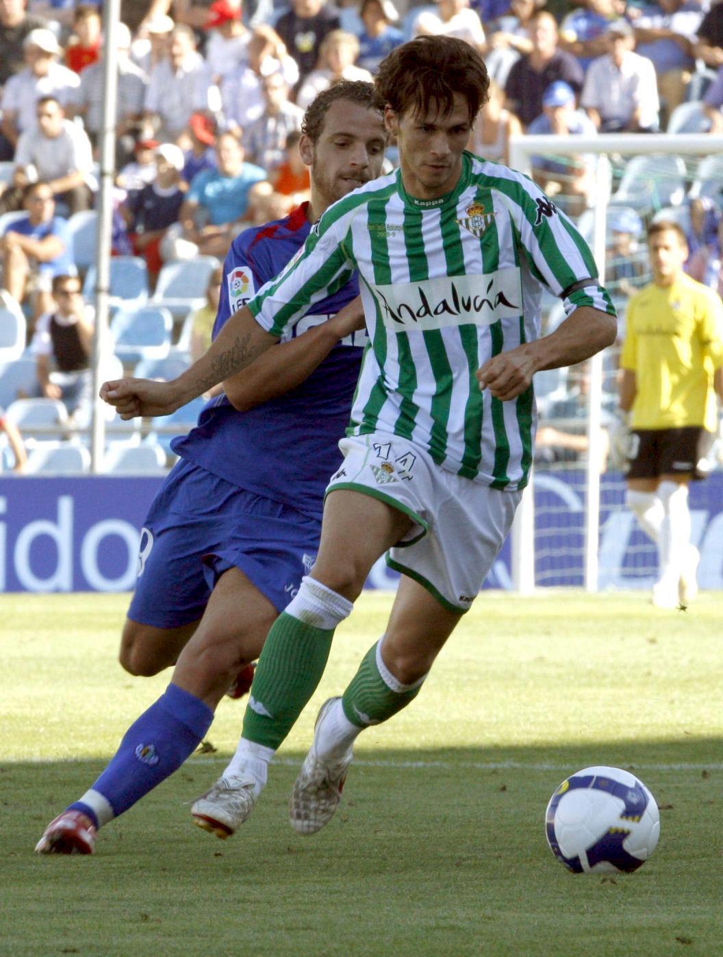 Capi controla un balón frente a Soldado en un Getafe-Betis de la temporada 2008/2009 (Archivo 20minutos).