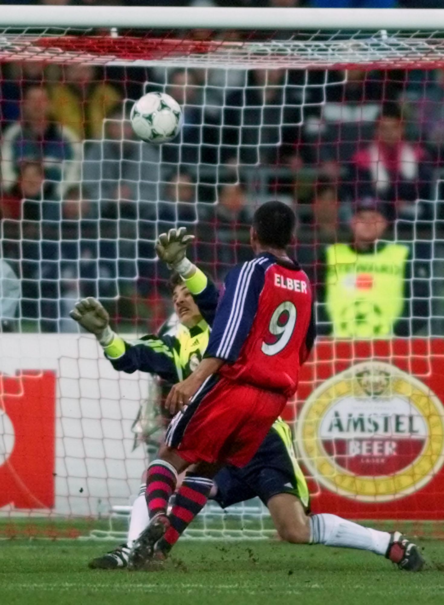 Élber, batiendo a Casillas en un partido de Champions League del año 2000 (GTRES).