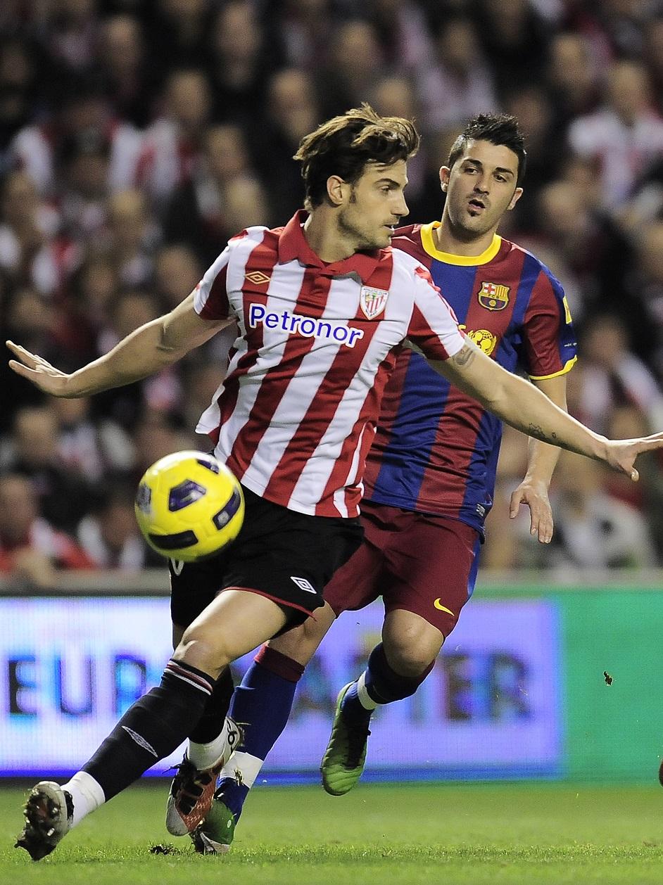 Aitor Ocio protege un balón ante el acoso de David Villa en un Athletic-Barça de Copa del Rey en enero de 2011 (GTRES).
