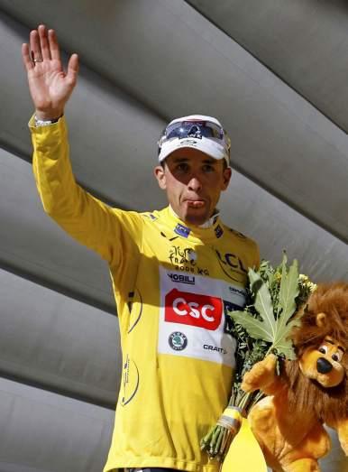 Carlos Sastre, con el maillot amarillo del Tour (Archivo 20minutos).