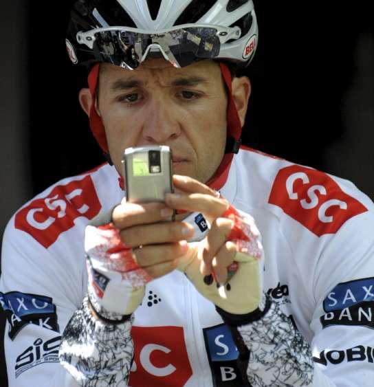 Carlos Sastre, consultando su móvil antes de una carrera (Archivo 20minutos).