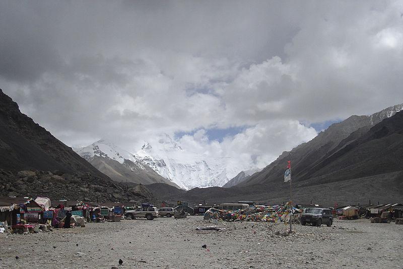 Tiendas montadas en el campamento base (WIKIPEDIA).