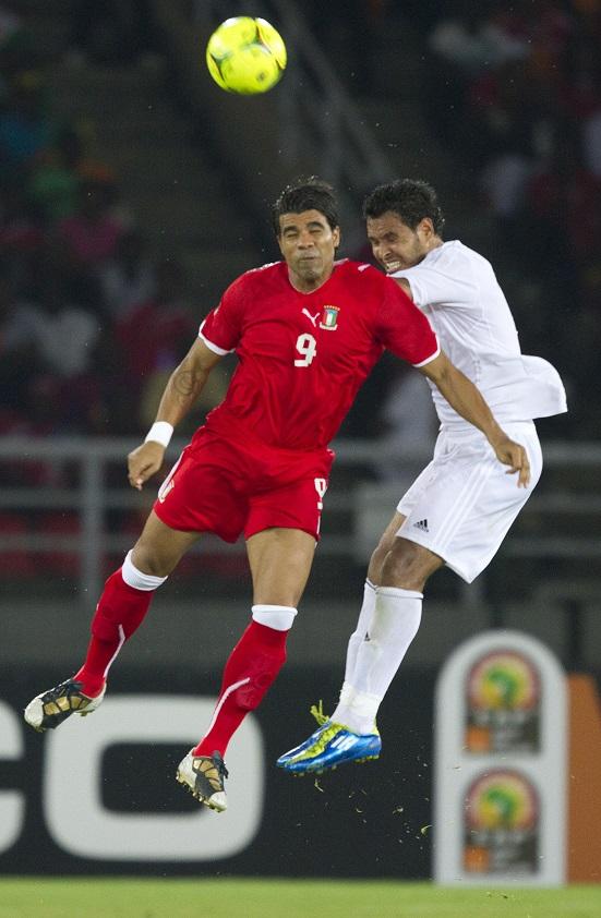 Bodipo pelea un balón con un jugador de Libia en la Copa de África de 2012, disputada en Guinea Ecuatorial (Archivo 20minutos).