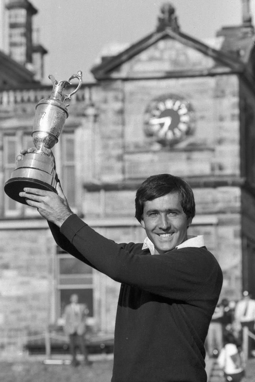 Severiano Ballesteros sostiene la Jarra de Clarete tras ganar el British Open en 1984 (GTRES).