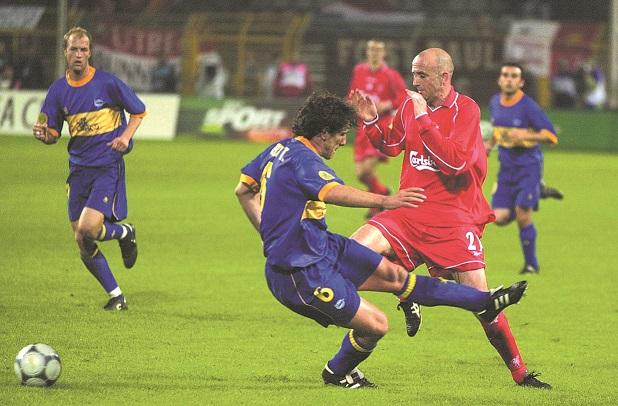 Téllez pelea un balón con el escocés McAllister en la final de la UEFA de 2001 en Dortmund (Archivo 20minutos).