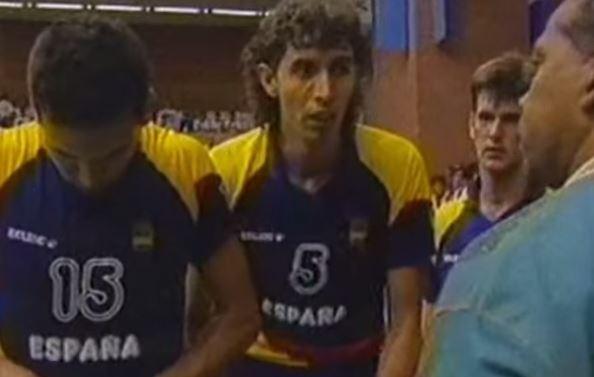 Sánchez Jover, con el 5, en un descanso de un partido de España en Barcelona 92 (YOUTUBE).