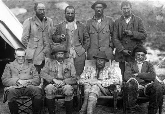 Componentes de la expedición de 1921. Mallory es el primero por la derecha, en la fila de los de a pie (WIKIPEDIA).