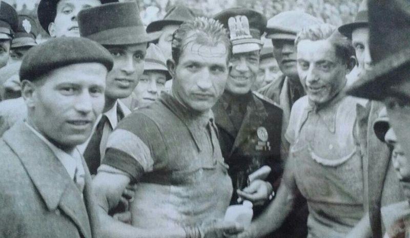 Bartali, junto a un joven Coppi en 1940 (WIKIPEDIA).