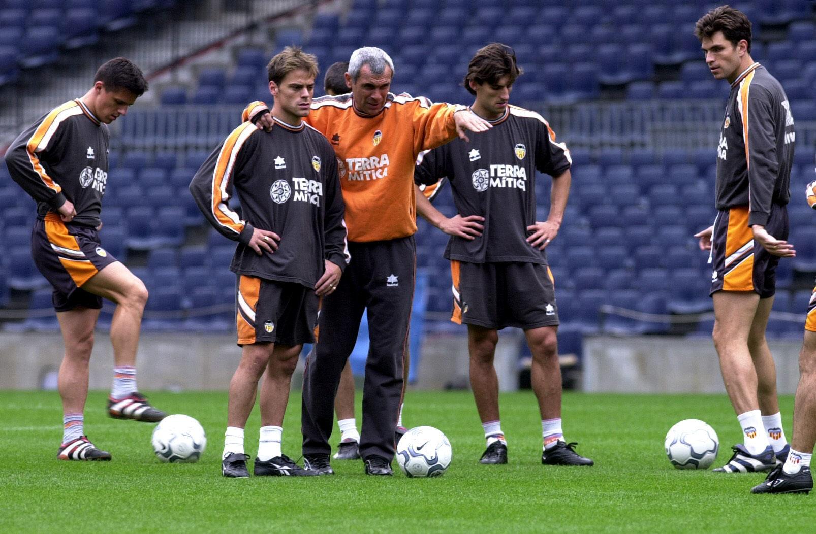 Farinós recibe instrucciones de Cúper en un entrenamiento del Valencia en el año 2000 (Archivo 20minutos).
