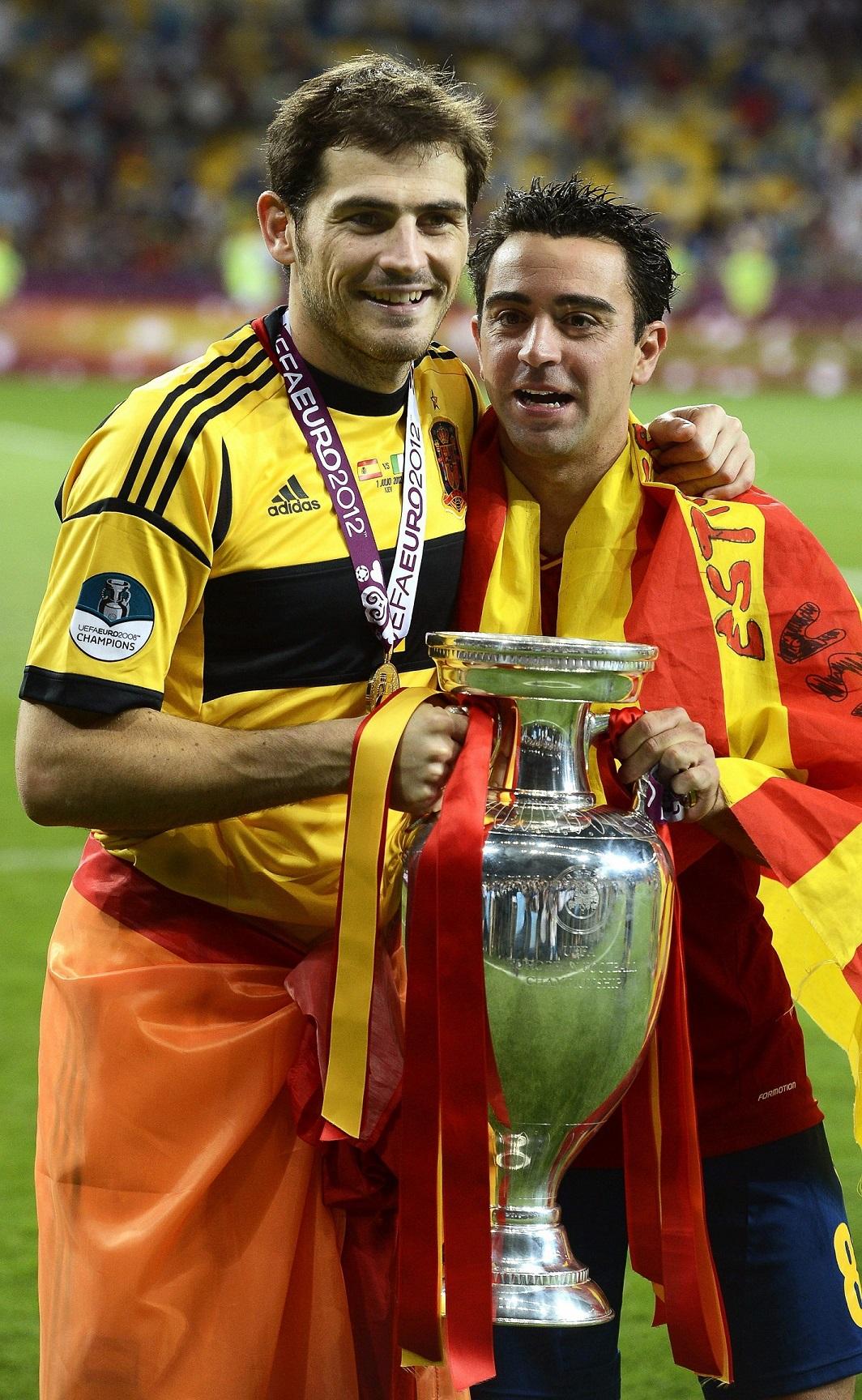 Iker Casillas y Xavi Hernández, sosteniendo el trofeo tras la última final de la Eurocopa, en Kiev (Archivo 20minutos).