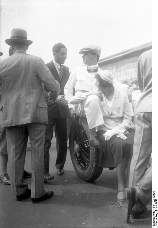 Caracciola y su mujer, en el circuito AVUS de Berlín en 1931 (WIKIPEDIA).